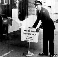 """Плакат: """"Зал ожидания - только для белых"""" (фото 1956 года)"""