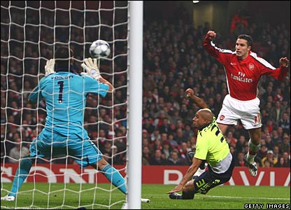 Robin van Persie has a chance for Arsenal