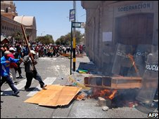 Protesters clash with local police in Tacna (30 October 2008)
