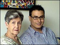 Leonardo Jim�nez con su abuela materna.