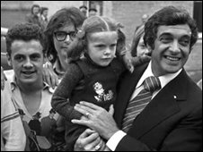 Frankie Vaughan (right) in Easterhouse (picture courtesy of Trondra Histopry Group)