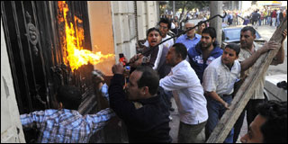 مناصرو موسى مصطفى موسى يهاجمون مقر حزب الغد
