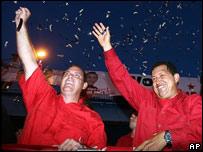 Hugo Chávez durante un acto de campaña en Maracaibo a favor de Giancarlo Dimartino (izquierda), candidato a gobernador del estado de Zulia