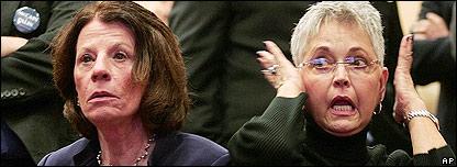 Republicanas escuchando los resultados de las elecciones en Ohio.