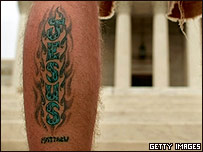 La palabra Jesús tatuada en la pierna de un prolife.