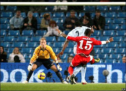 Eljero Elia scores an equaliser past Joe Hart