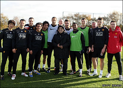 The whole Man Utd squad takes the photo opportunity of a lifetime