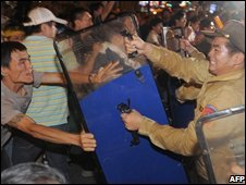 Demonstrators fight police outside the Taipei hotel where Chinese envoy Chen Yunlin was staying on 7 November