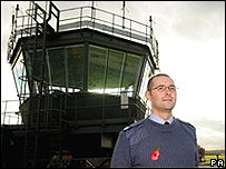 El controlador aéreo Richard Eggleton también guió a O'Neil a aterrizar