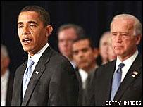 Барак Обама и Джо Байден на пресс-конференции в Чикаго