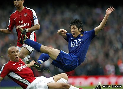 Manchester United's Ji-Sung Park shoots on goal