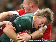 Martyn Williams tries to hold back Jean de Villiers in Cardiff