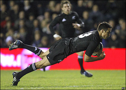 Richard Kahui scores under the posts for New Zealand