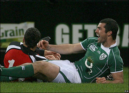 Rob Kearney scores a try for Ireland