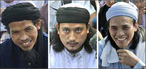 From left to right: Ali Ghufron, Imam Samudra and Amrozi Nurhasyim during the Eid al-Fitr prayer at Batu prison on 1 October 2008