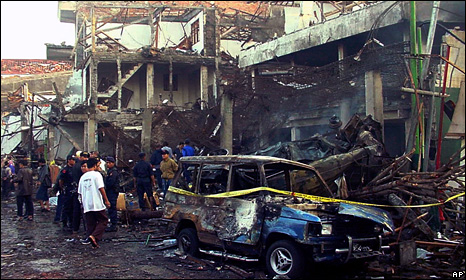 Police officers inspect the ruins of a nightclub destroyed by an explosion in Denpasar, Bali (13 October 2002)