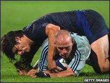 France's David Skrela  tackles  Felipe Contepomi