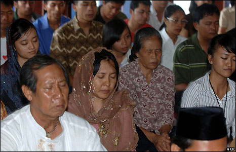 Balinese relatives of bombing victims pray in Kuta after the bombers' executions