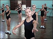 Unas ni�as en una clase de ballet
