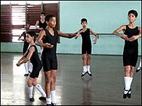Unos ni�os en una clase de ballet
