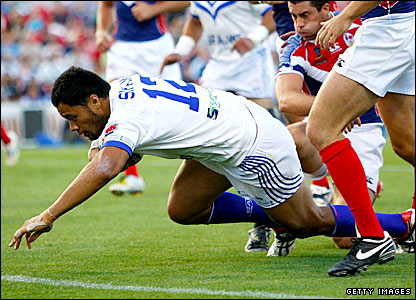 Tony Puleta crosses for Samoa's final try of the game