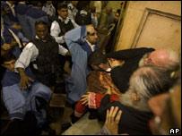 Monjes cristianos de la Iglesia Ortodoxa y Armenia se agarran frente a la policía israelí dentro de la Iglesia del Snato Sepulcro en Jerusalén