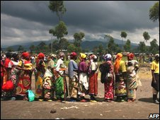 People queue for aid at the Kibati refugee camp outside Goma, Democratic Republic of Congo (09/11/2008)