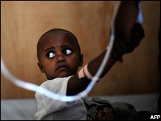 A child suffering from cholera receives treatment at Kibati refugee camp, outside Goma, Democratic Republic of Congo (09/11/2008)