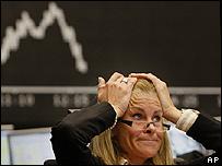 Una corredora de bolsas se lleva las manos a la cabeza.