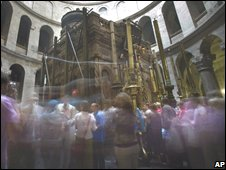 Worshippers and tourists at the site traditionally believed to be the tomb of Jesus Christ, in Jerusalem's Church of the Holy Sepulchre, 10 November 2008