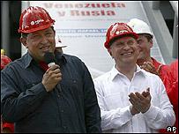 Hugo Chavez (izq.) y el vice primer ministro ruso Igor Sechin