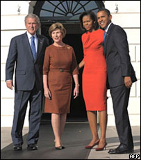 George Bush con su esposa Laura y Barack Obama con su esposa Michelle