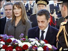 French President Nicolas Sarkozy (centre) and his wife Carla Bruni take part in the Armistice Day wreath-laying ceremony in Paris, France, 11 November 2008