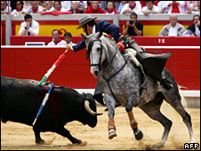 Luis Domecq takes part in a mounted bullfight at the San Fermin fair in Pamplona (6 July 2005)