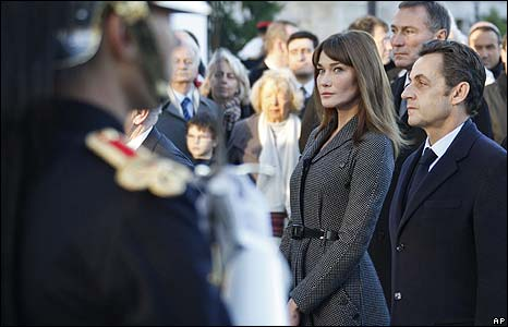 Carla Bruni (l) and Nicolas Sarkozy
