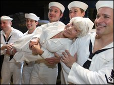Edith Shain with the cast of the musical South Pacific (9 Nov 2008)