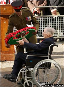 Veteran Harry Patch laying his wreath