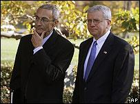Podesta (izq.) junto con el actual jefe de gabinete de la Casa Blanca, Joshua Bolten