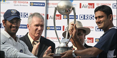Mahendra Dhoni (far left) and Anil Kumble (far right) receive the Border-Gavaskar Trophy from Allan Border and Sunil Gavaskar