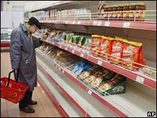 A man shopping at a Moscow supermarket. Photo: October 2008