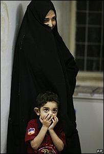 Una mujer observa a soldados de EE.UU. que registran su hogar en Iskandariyah,  50kms al sur de Bagdad