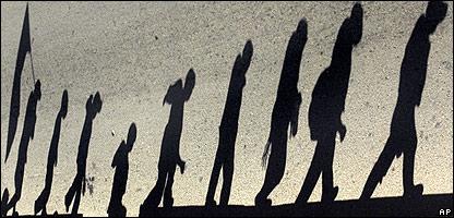 Sombra de los ind�genas durante la marcha.
