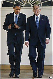 Barack Obama (izq.) y George W. Bush