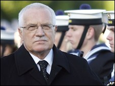Czech Republic President Vaclav Klaus inspects the Irish Defence Forces Guard of Honour during his state visit on 10 November 2008
