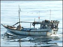 Распространенное министерством обороны Великобритании фото задержанной у берегов Сомали пиратской лодки (Crown copyright)
