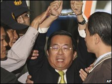 Chen Shui-bian raises his handcuffed hands after being detained on Tuesday