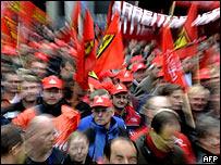 Trabajadores metalúrgicos en una fábrica alemana, pidiendo mejoras en sus salarios.