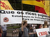 """Manifestación en Brasil, con cartél que dice: """"Que los ricos paguen""""."""