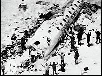 Foto del avión y los supervivientes de la Tragedia de los Andes.
