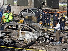 Members of the Mexican police inspect the scene of the crash (5 November 2008)